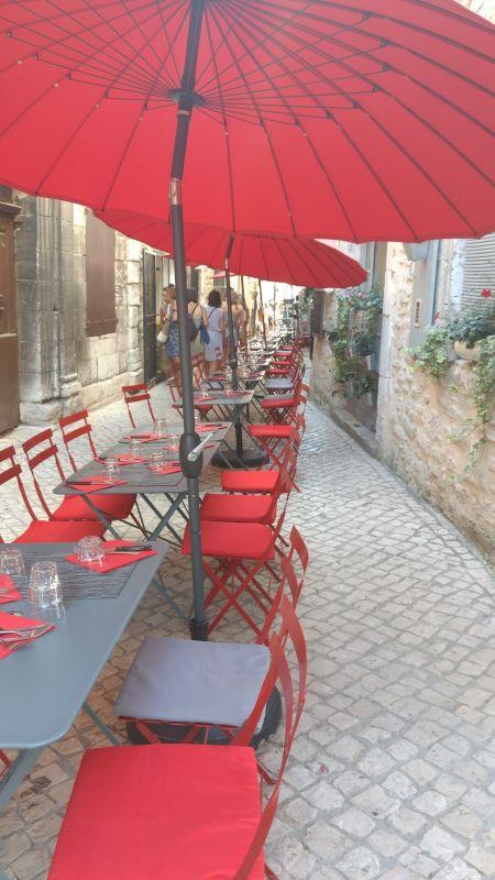 Barjac met zijn gezellige en fleurige terrasjes