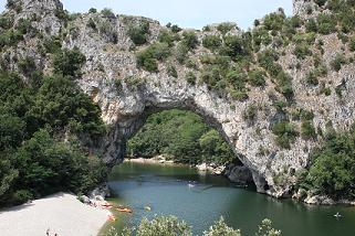 Vallon-pont-d'arc, natuurlijke brug over de rivier